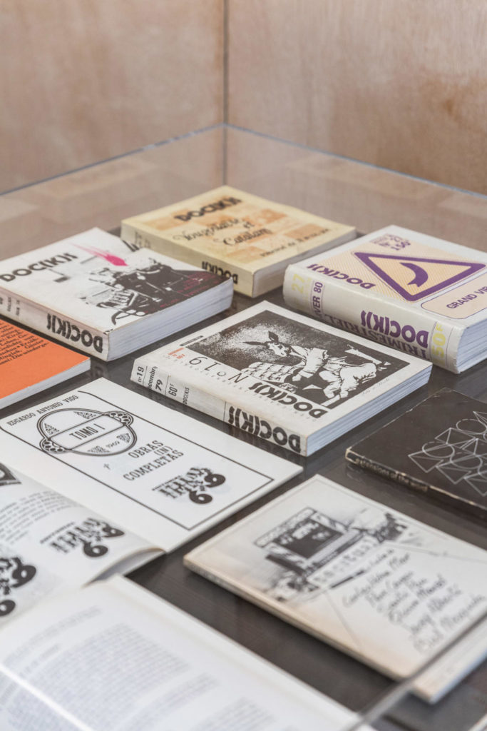 Material expositiu de la mostra 'La xarxa al bosc', a la Fundació Joan Brossa
