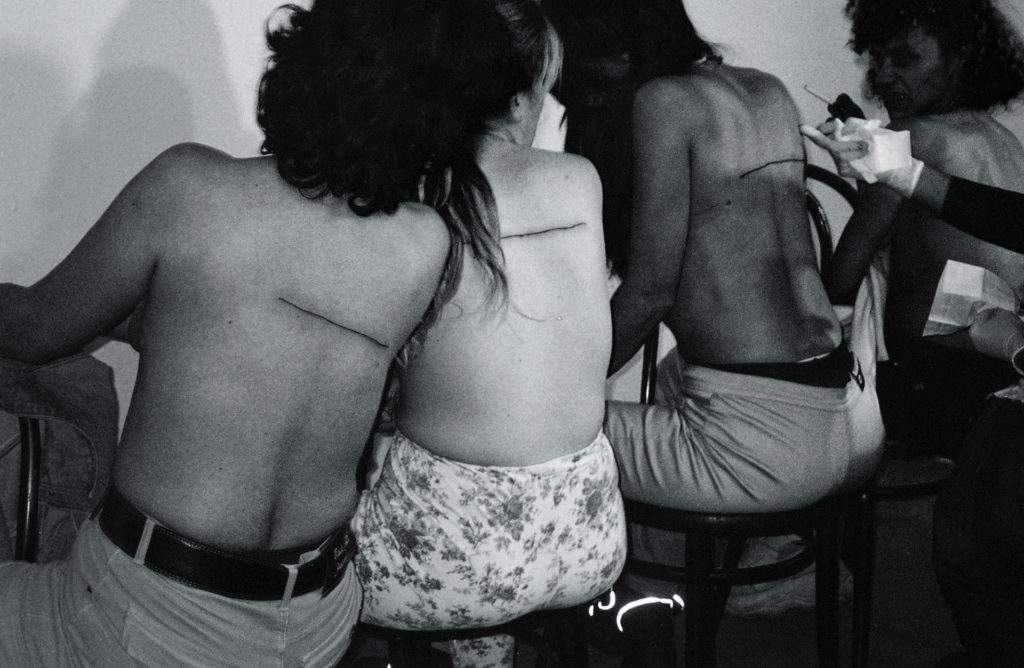 """Santiago Sierra, """"Línea de 160 cm. tatuada"""""""