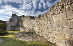 Muralla romana d'Olèrdola, part del conjunt històric. Foto: Enciclopèdia.cat