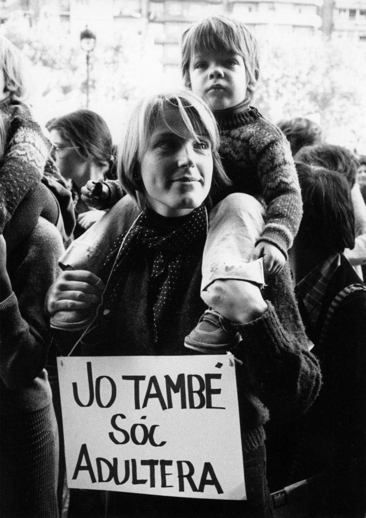 """Una de les primeres manifestacions feministes, amb l'eslògan """"Jo també soc adúltera"""". Foto: Pilar Aymerich"""