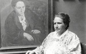 Gertrude Stein davant del retrat que en va fer Picasso, 1922. Foto: Man Ray