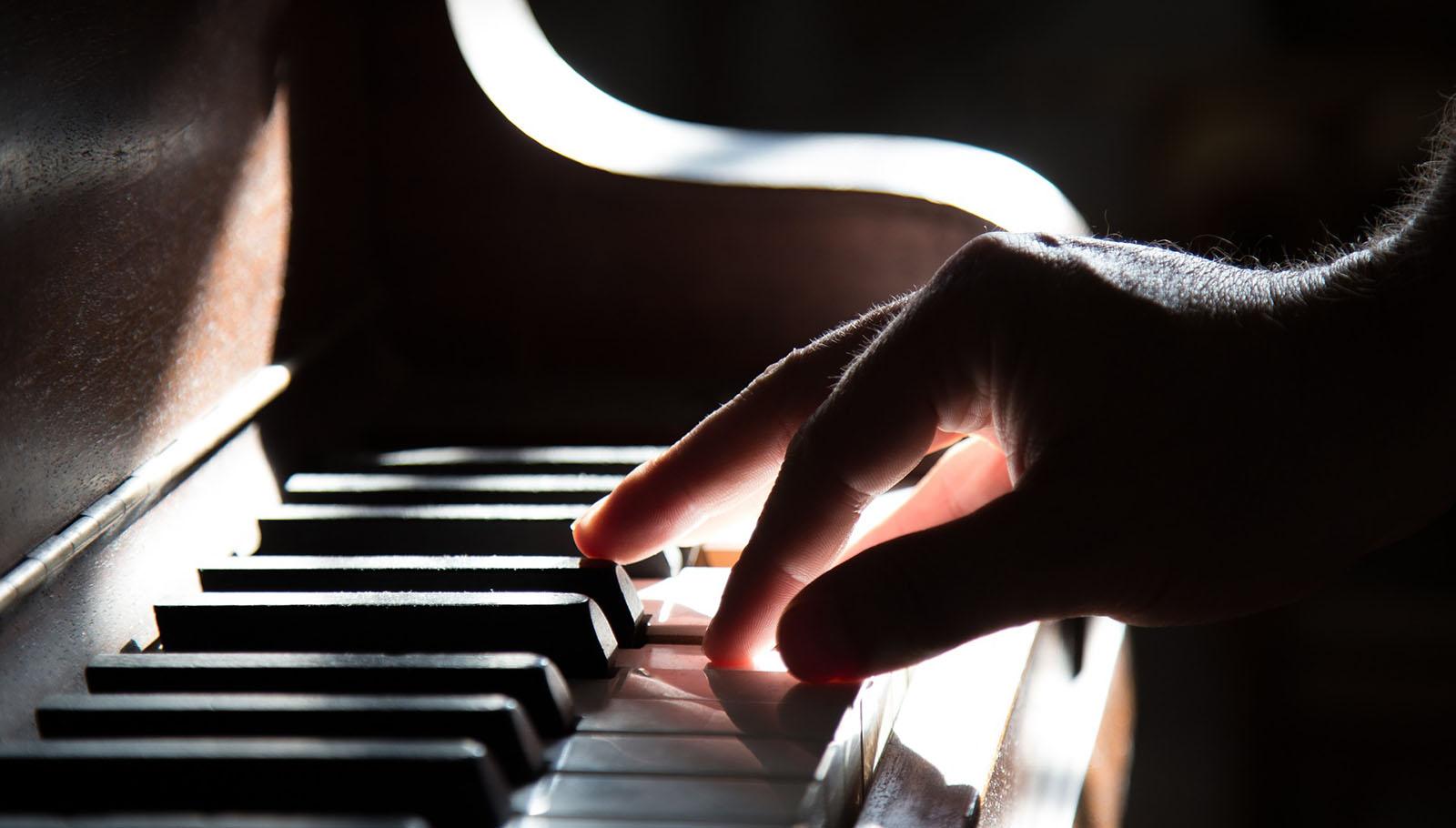 piano tocant mà