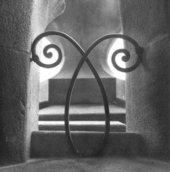 Joaquim Gomis. Detall dels ornaments de ferro forjat a l'interior de la Sagrada Família d'Antoni Gaudí, 1946. Fons Joaquim Gomis, dipositat a l'Arxiu Nacional de Catalunya - © Hereus de Joaquim Gomis. Fundació Joan Miró, Barcelona