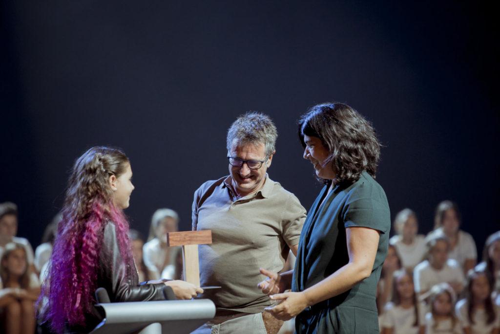 El director de la Beckett, Toni Casares, acompanyat de la programadora Aina Tur, durant la gala. Foto: Catalunya aixeca el teló
