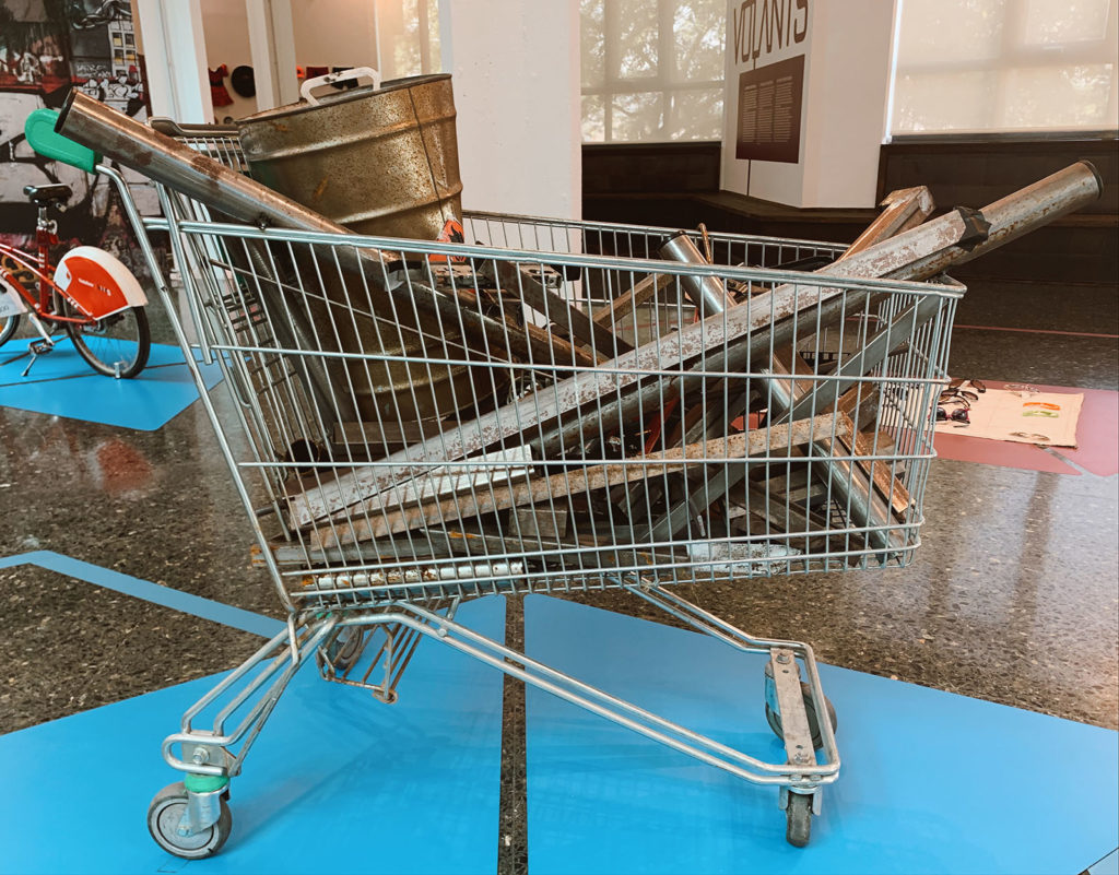 Un carret de supermercat amb ferralla, un element característic de la ciutat. Foto: Cristina Capdevila