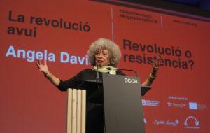 Angela Davis en la seva presentació de llibre La revolució Avui al CCCB. Foto: CCCB