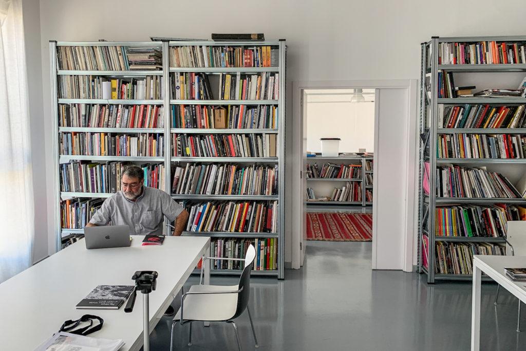 Joan Fontcuberta, al seu estudi de Granollers. Foto: Esteve Plantada