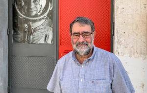 Joan Fontcuberta, a l'entrada del seu estudi, a Granollers. Foto: Esteve Plantada