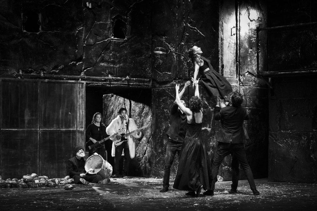 Una escena de 'Falaise', amb música en directe i una coreografia