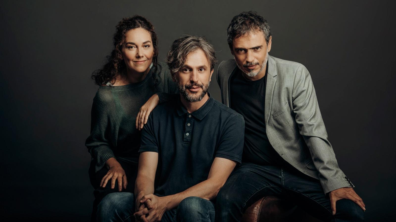 Laura Conejero i Julio Manrique envoltant Pau Miró, autor d''Una història real'