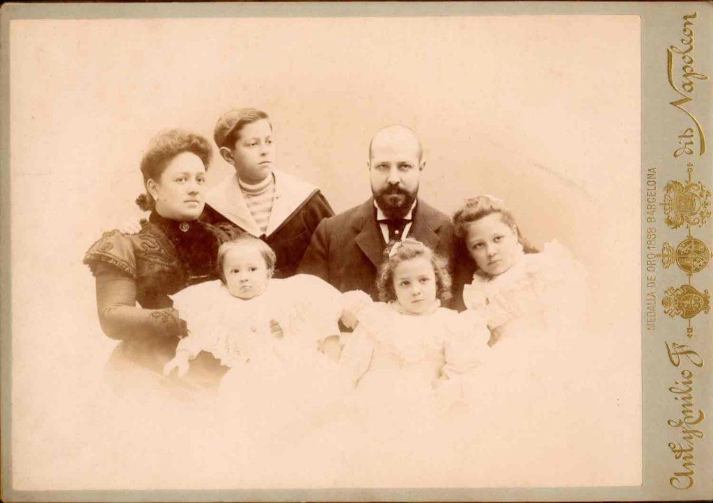 Familia de Josep Batlló i Amàlia Godó realitzada pels fotògrafs Napoleon. Circa 1900