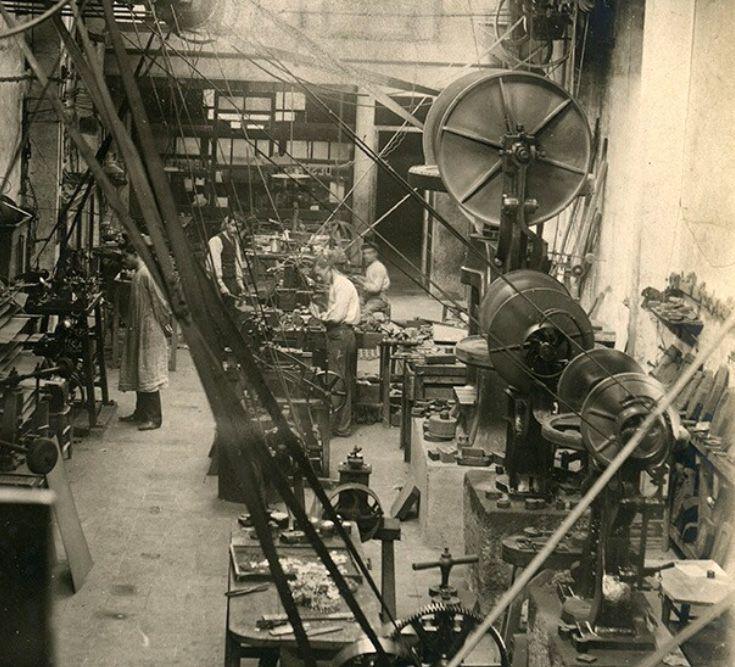 Foto d'època del taller d'orfebreria Vallmitjana