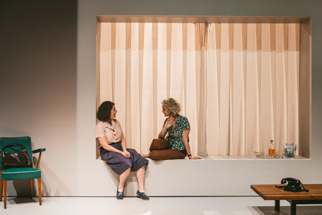 Escena de El quadern daurat on Nora Navas i Mia Esteve interpreten les dues amigues Anna i Molly. Foto Sílvia Poch