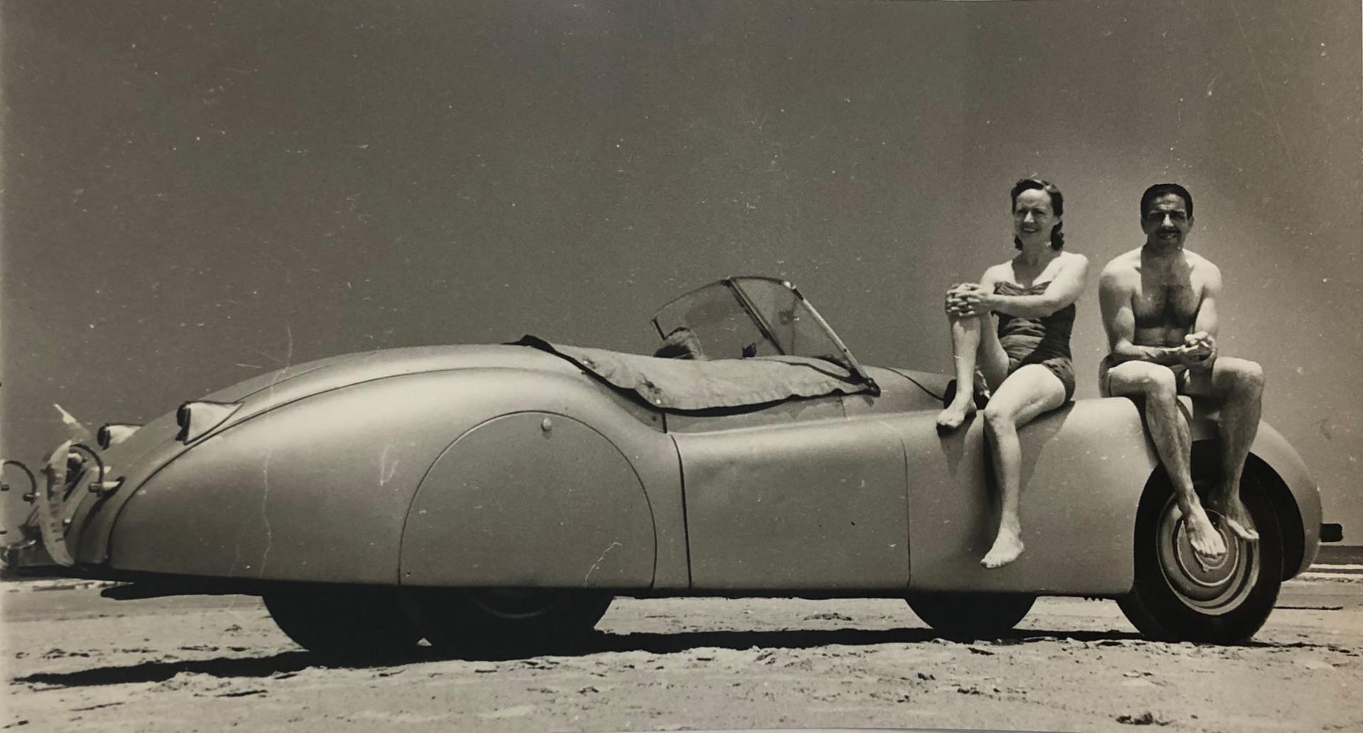 Palmira Puig i Marcel Giró, dalt del seu Jaguar, c. 1951.