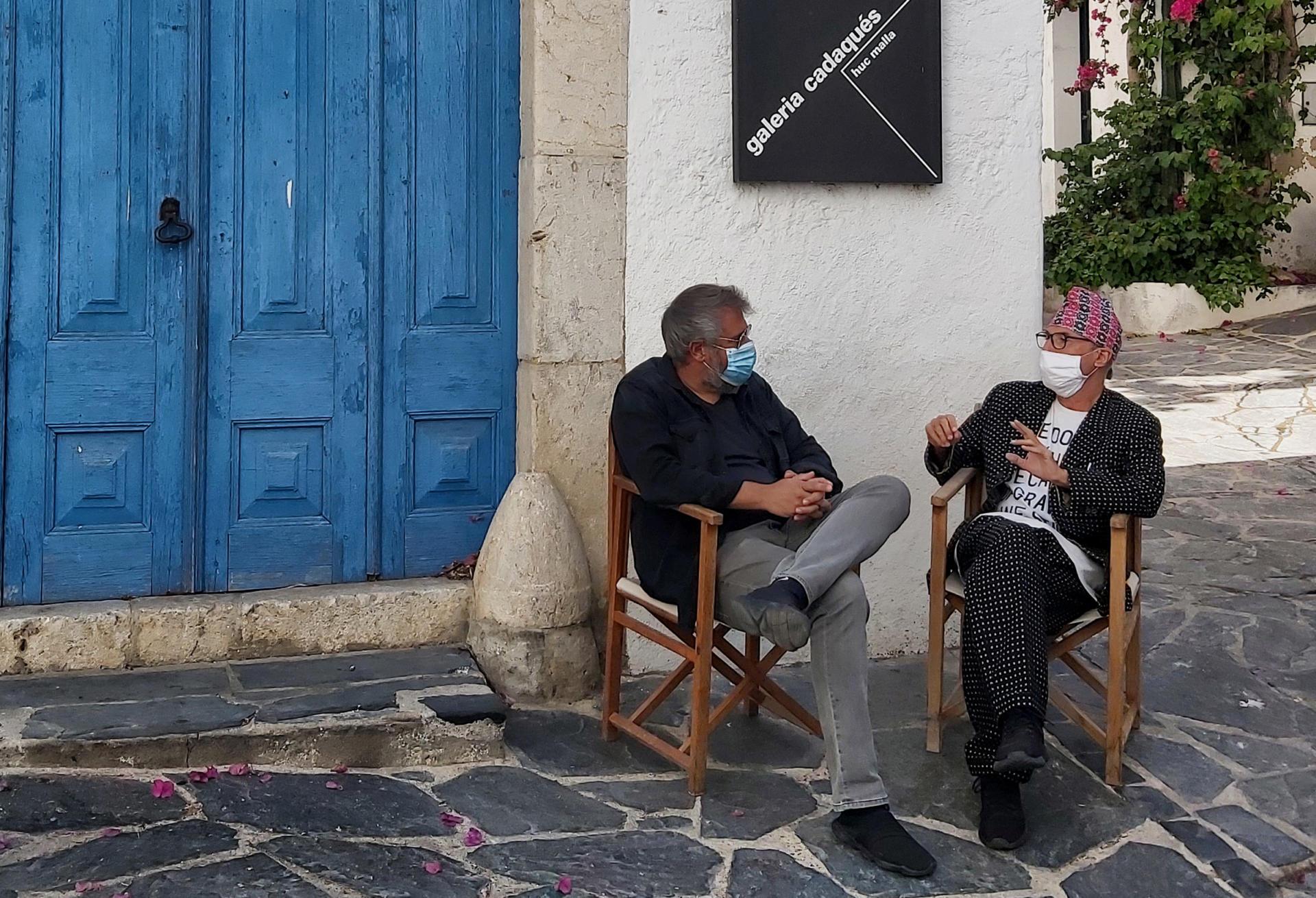 Huc Malla i Vicenç Altaió conversant amb màscara, a causa de la pandèmia, davant de la mítica galeria Cadaqués
