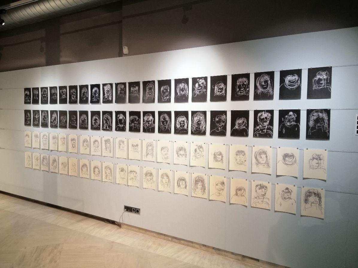 Vista de l'exposició amb els retrats de 60 artistes com a cecs, 2013 / 2014.