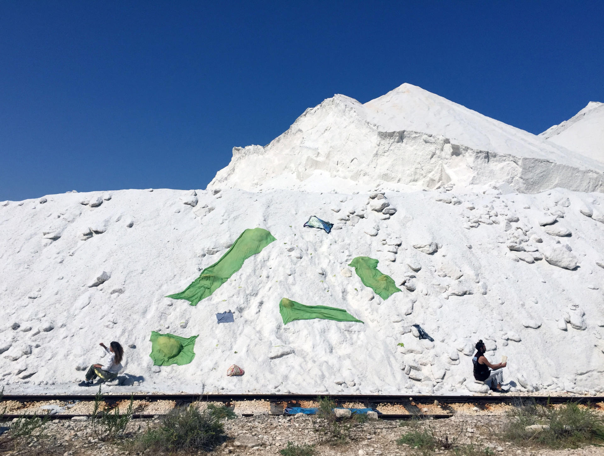 """L'artista Rosa Tharrats i el poeta Gabriel Ventura a la cerimònia i instal·lació """"Svelamento di un genius loci"""", al festival Apulia Land Art, 2017."""