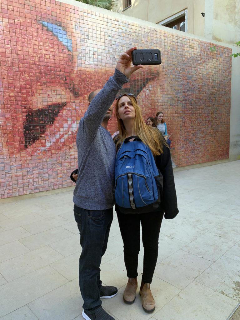 El fotomosaic, ubicat a la plaça Isidre Nonell, a Ciutat Vella de Barcelona, a tocar del Col·legi d'Arquitectes, s'ha convertit en un plató de fotografia a l'aire lliure on el retratat és el fotògraf.