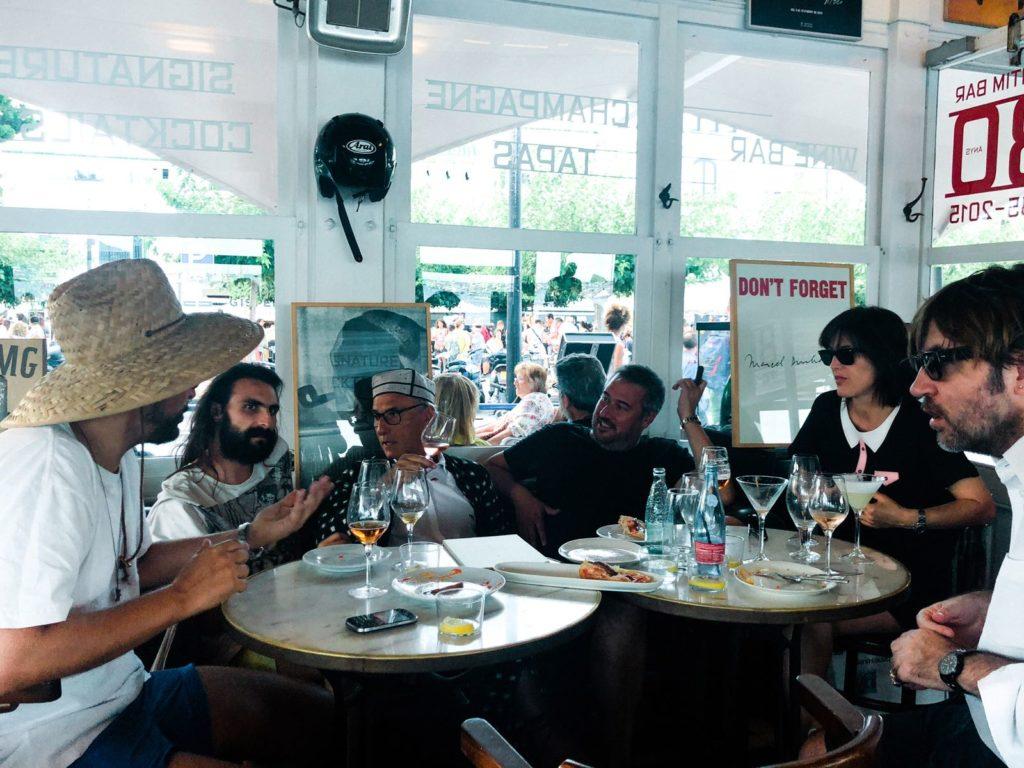 Don't Forget Marcel Duchamp: (d'esq. a dreta) Ashley Heath, editor de la revista Pop, els poetes Gabriel Ventura i Vicenç Altaió, el col·leccionista, galerista i restaurador Huc Malla, el director de cine Albert Serra i la productora Montse Triola d'Andergraun, Marítim bar. Fotografia: Jeremy Everett.