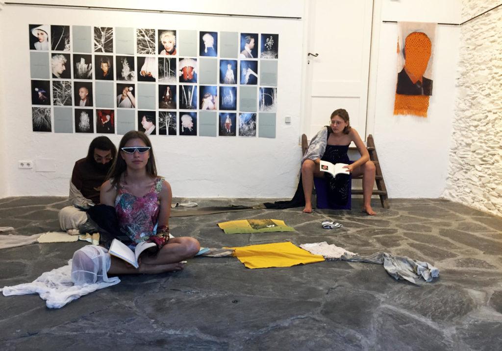 """Presentació del llibre """"W"""" de Gabriel Ventrura a la Galeria Cadaqués-Huc Malla. Els lectors estan lligats amb una escultura tèxtil de Rosa Tharrats."""