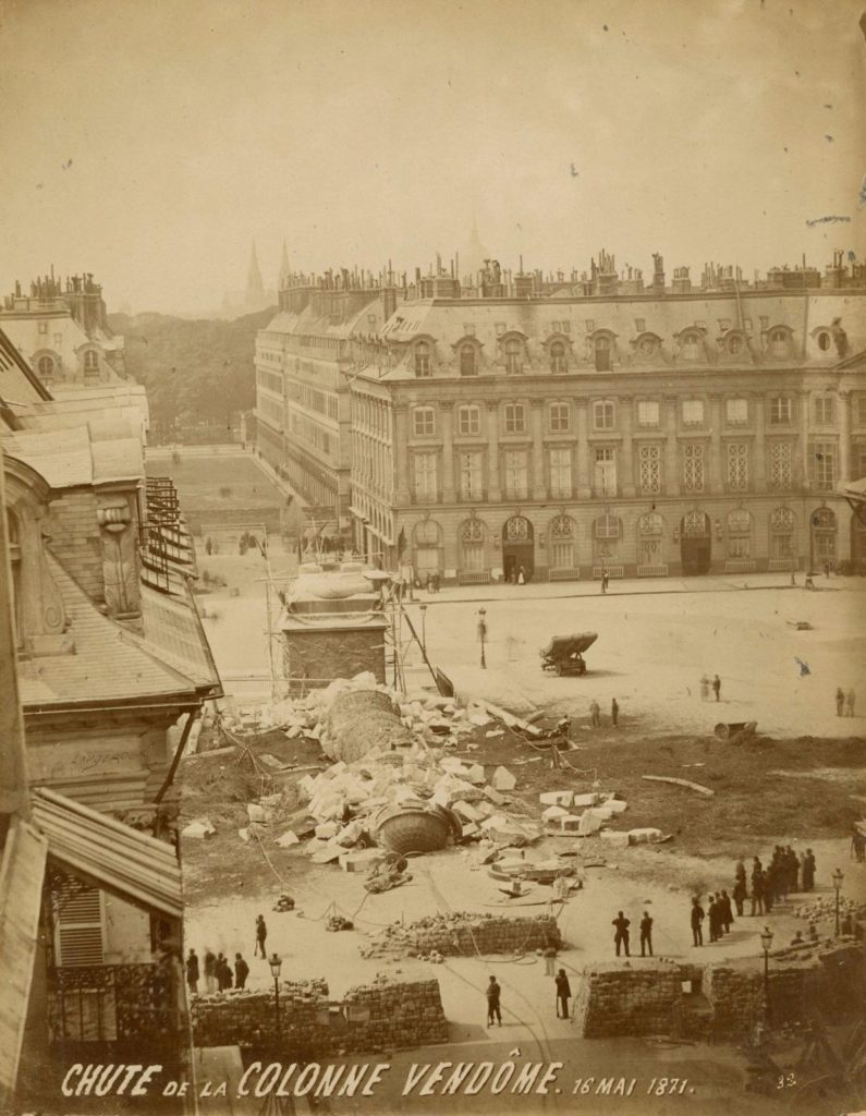 Chute de la colonne Vendome, 16 de maig de 1871. Tiratge albuminéé. Fotògraf anònim.
