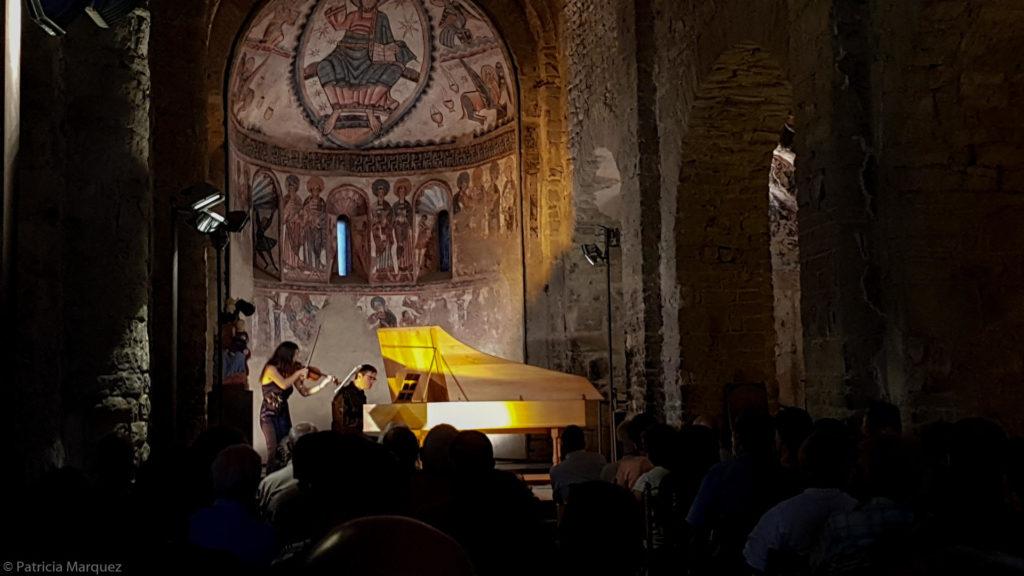 La violinista Lina Tur i el clavecinista Dani Espasa en una actuació a Castell de Mur @Patricia Márquez