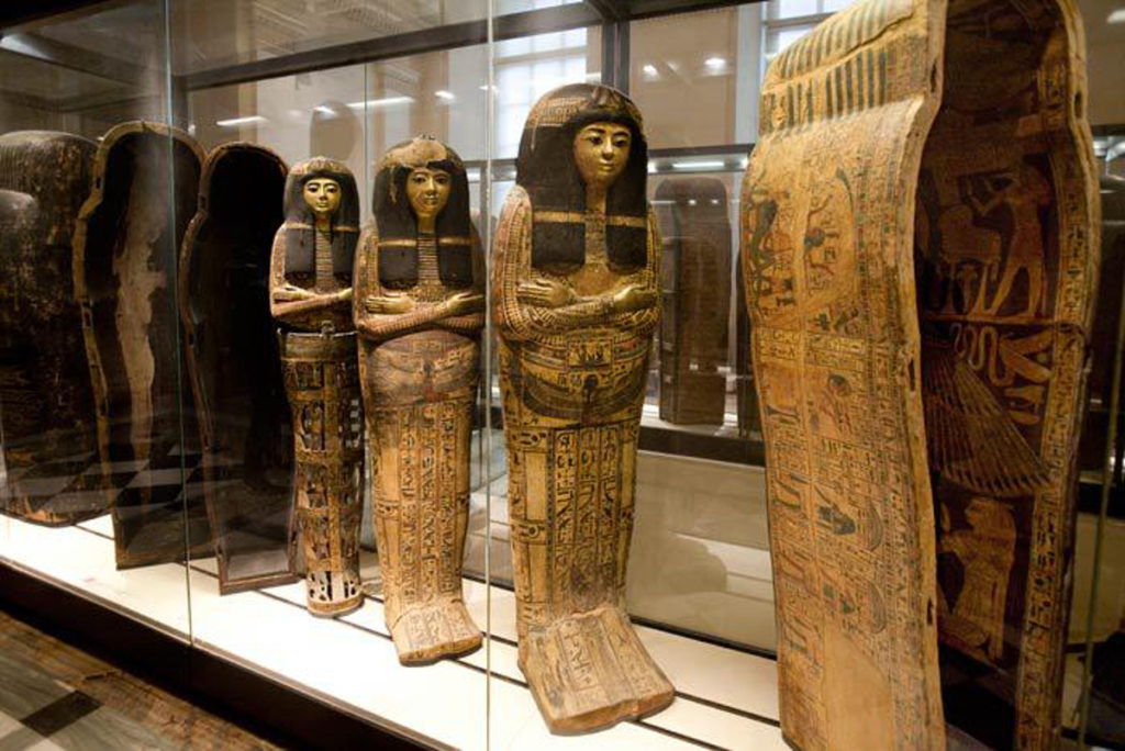 Sarcòfags egipcis alineats en una vitrina del Museu del Louvre de París. Foto: Michael Aguaron
