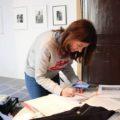 """Pilar Rubí en el muntatge de l'exposició """"Anhel"""" al Casal Solleric, 2019."""