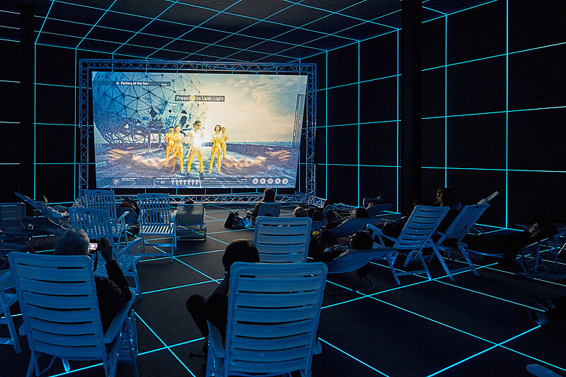 Hito Steyerl, Factory of the Sun, 2015 instal·lació a l'exposició Dreamlands: Immersive Cinema and Art, 1905–2016, en el Whitney Museum of American Art, 2016