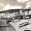 La Platja Gran de Cadaqués amb la boia que donà el nom al bar Boia, el 1946. Fotografia: J.Cebollero, Fisa postals.