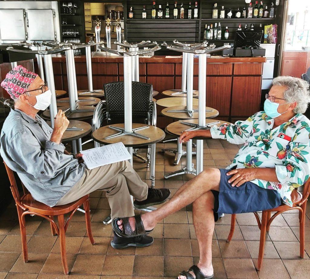 Pere Vehí i Vicenç Altaió al bar Boia, tancat.