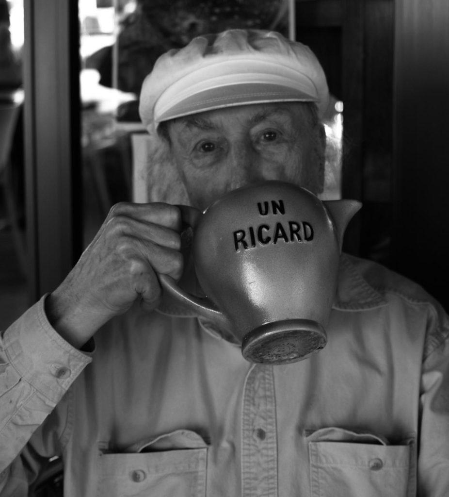 Richard Hamilton fent l'acció de beure's a si mateix amb una gerra de pastís Ricard al bar Boia, Cadaqués, 27 de juliol de 2008. Fotografia: Joanna Rosselló.
