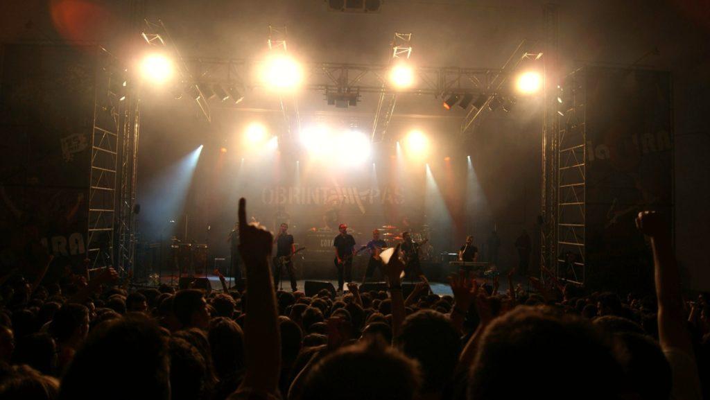 Obrint Pas, durant el concert de Falles de 2012.