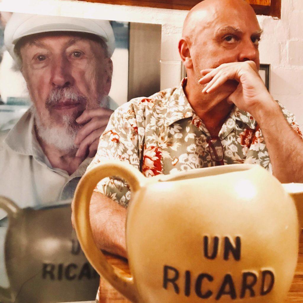 """Carlos Pazos amb Richard Hamilton al darrere a l'obra """"Ricard"""". Fotografia: Steven Pollack."""