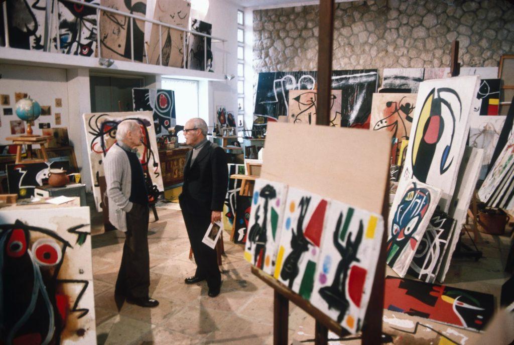 Josep Lluís Sert i Joan Miró a l'estudi de l'artista a Palma de Mallorca, entorn el 1970.