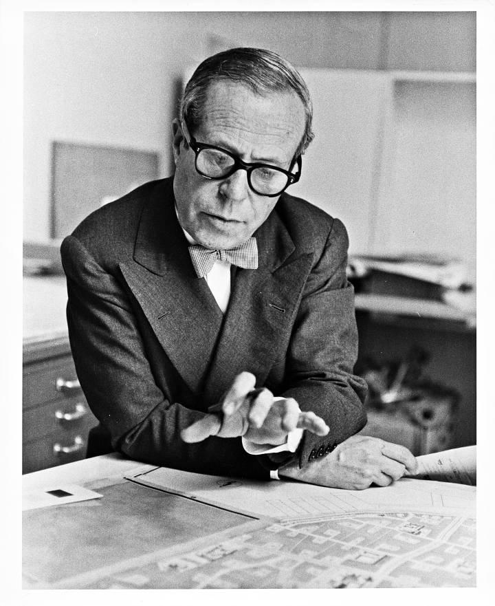Josep Lluis Sert al seu estudi de Harvard, entorn el 1950.