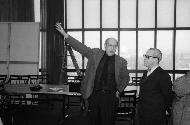 Josep Lluis Sert i Mark Rothko durant la instal·lació dels seus murals al Holyoke Center de Harvard, 1958.