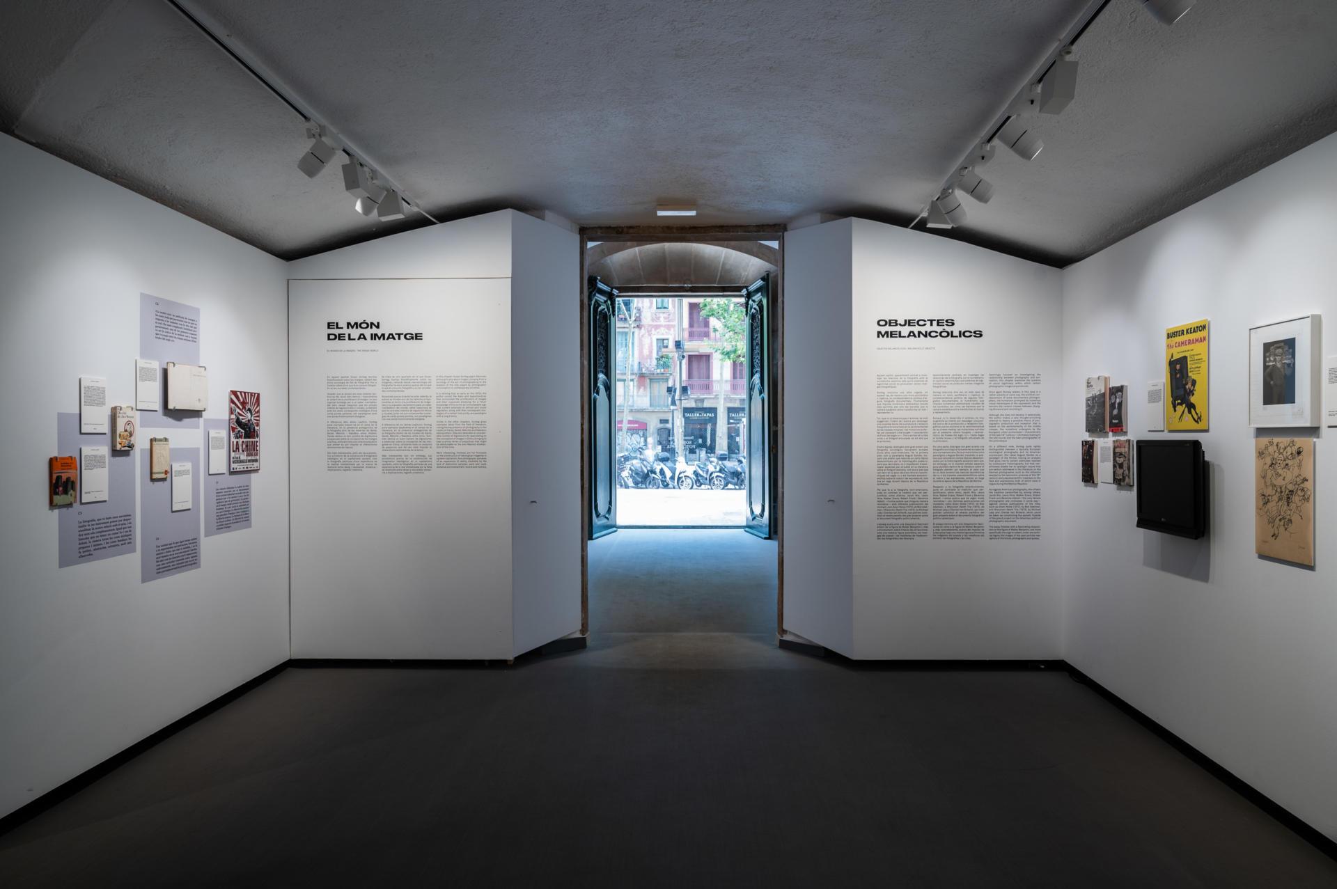 La nova sala d'exposicions a la planta baixa de la Virreina, amb l'obertura a les Rambles, acull la mostra sobre Susan Sontag