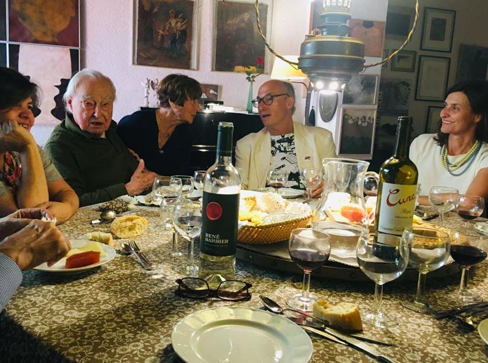 Dinar amb Josep Playà, que va escriure la capçalera del catàleg. (D'esq. a dreta) Mercè Fort, el filòsof Arnau Puig, Mercè Barberà, Vicenç Altaió i Ari Mas. Fotografia: Josep Playà.