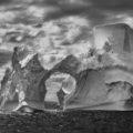 Iceberg entre l' illa Paulet i les illes Shetland del sud al mar de Weddell. Península Antàrtica, 2005.© Sebastião Salgado
