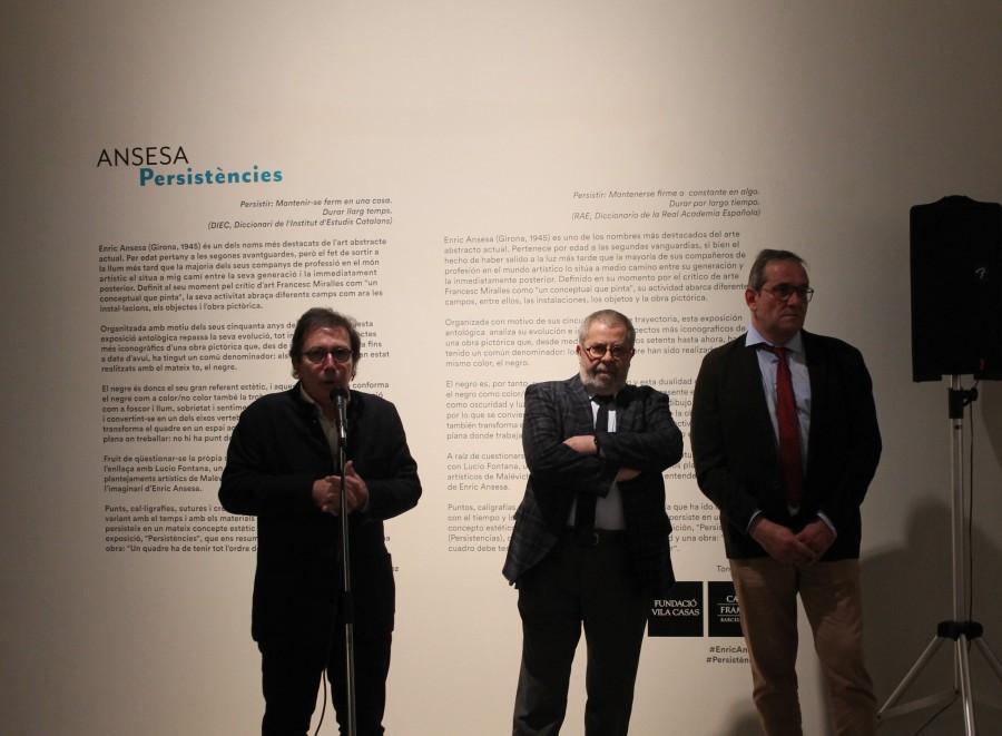 Enric Ansesa, durant la presentació de l'exposició a Can Framis, flanquejat per Àlex Susanna i Toni Álvarez.