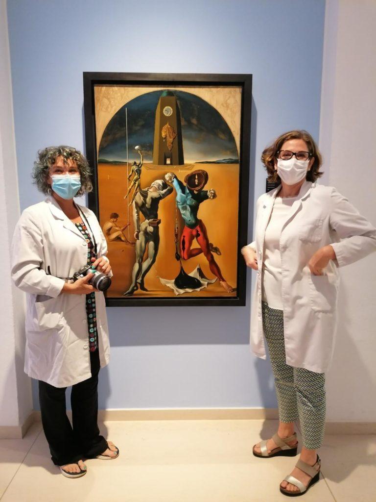 """Dues conservadores del museu davant l'obra """"Poesia d'Amèrica"""" 1943, amb mascareta. Imatge: Pilar Parcerisas."""
