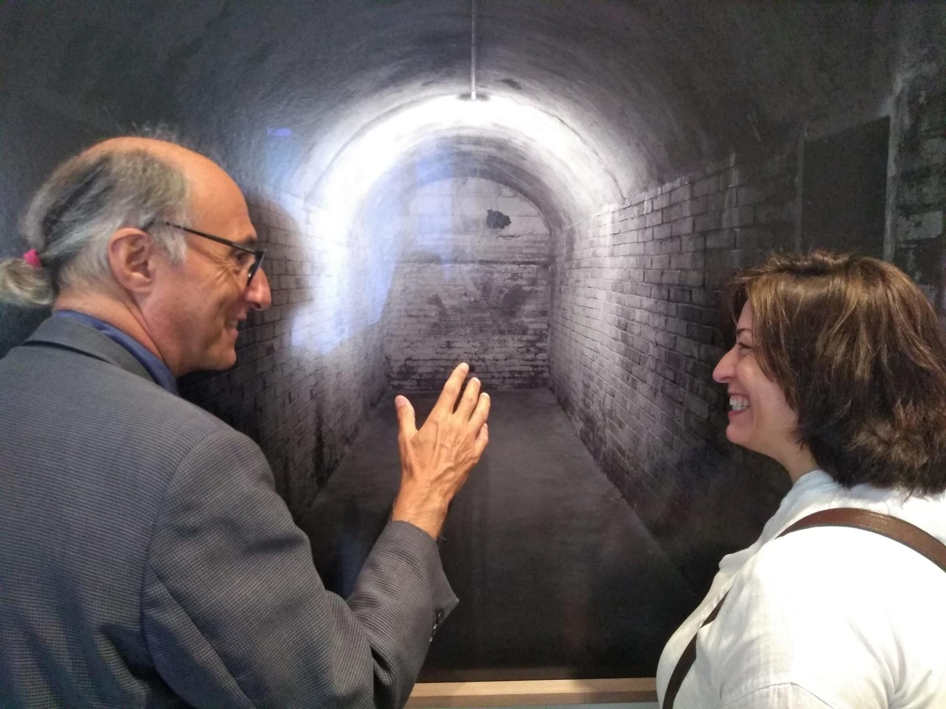 """La fotògraf Espe Pons i Vicenç Altaió comentant l'obra """"Refugi 307"""", al Palau Solterra de la Fundació Vila Casas, a Torroella de Montgrí. Fotografia: Jordi Jové."""