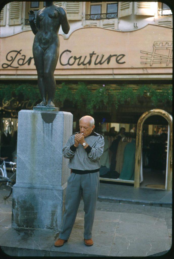 Picasso davant de la Venus del collar d'Arístides Maillol. Perpinyà, estiu de 1954. Fotografia de Raymond Fabre, Studio Visages. Col·lecció del Museu d'Art Jacint Rigau.