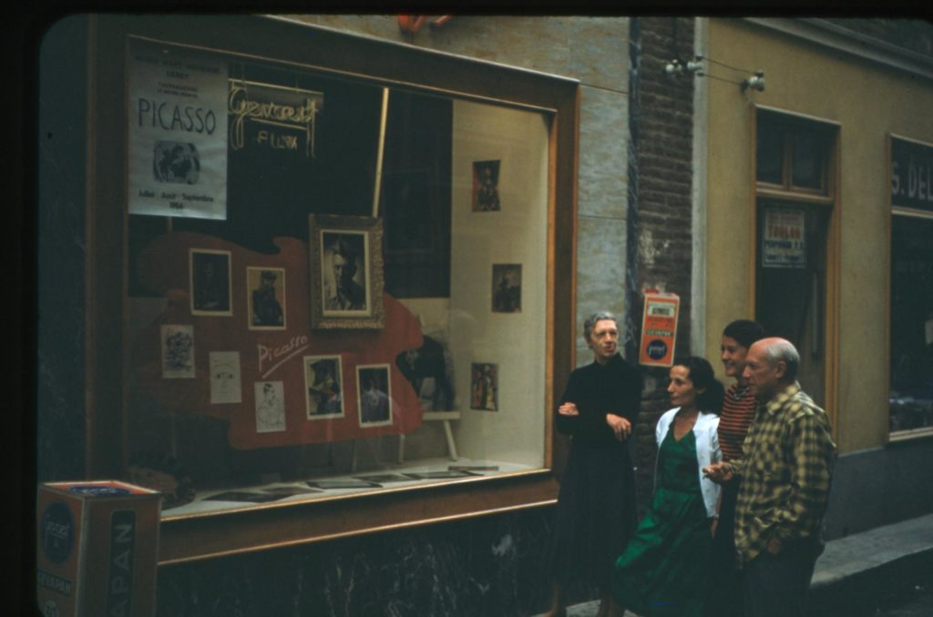 """Totote, Rosita, Paule de Lazerme i Picasso davant de """"l'exposició Picasso"""" a l'aparador de Studio Visages. Fotografia de Raymond Fabre, Studio Visages. Col·lecció del Museu d'Art Jacint Rigau."""