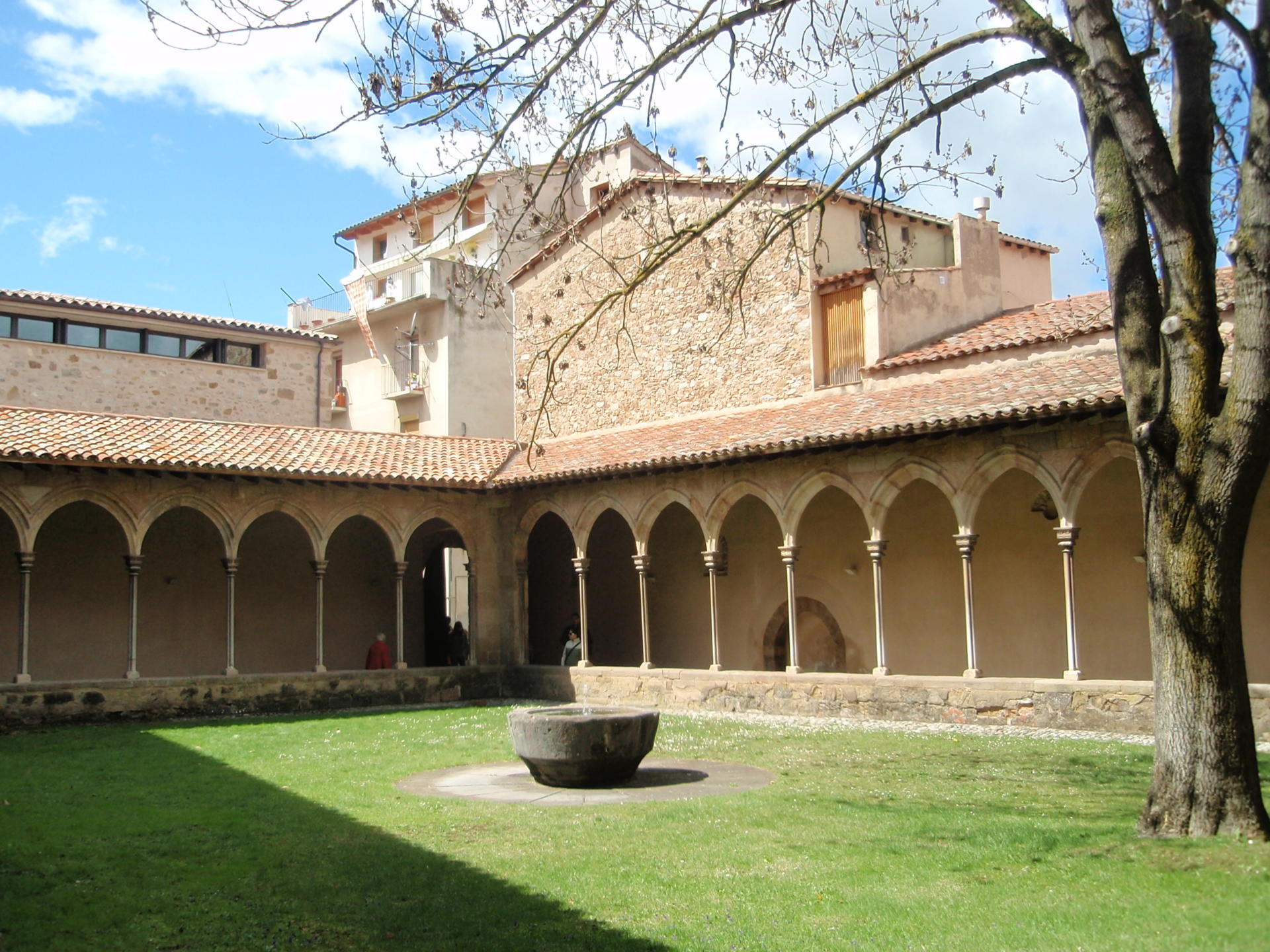 Claustre del Monestir de Sant Joan de les Abadesses. Wikicommons.