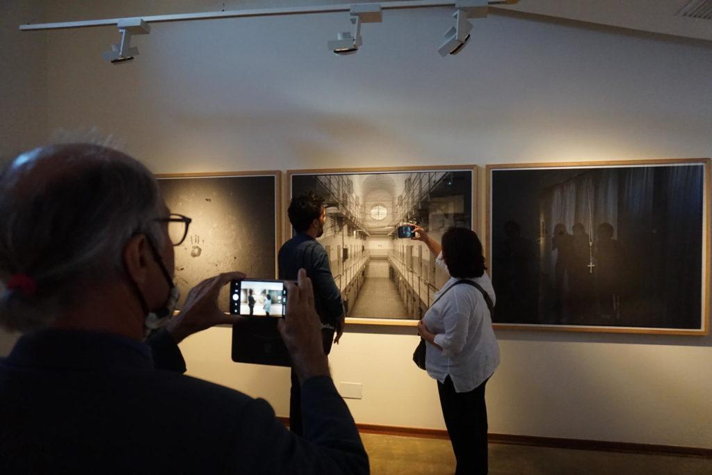 Vicenç Altaió fotografiant Samuel Aranda i Espe Pons a l'exposició del primer al Palau Sotterra, un encàrrec de la Fundació Vila Casas sobre els llocs del seu origen. Fotografia: Camera rosa.
