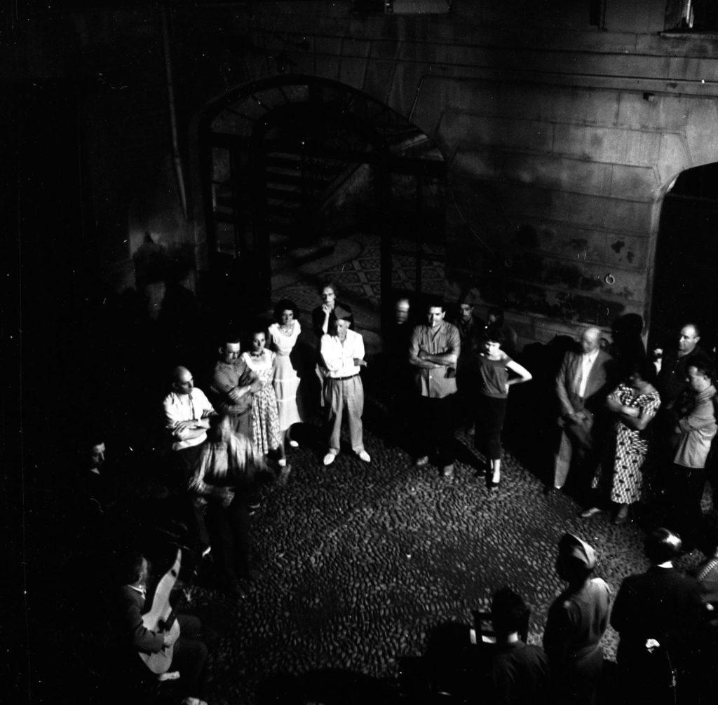 Els Cantayres Catalans ofereixen un concert de goigs en homenatge a Picasso, a l'interior del pati de la casa dels Lazerme. Perpinyà, 13 d'agost de 1954. Fotografia de Raymond Fabre, Studio Visages. Col·lecció del Museu d'Art Jacint Rigau.
