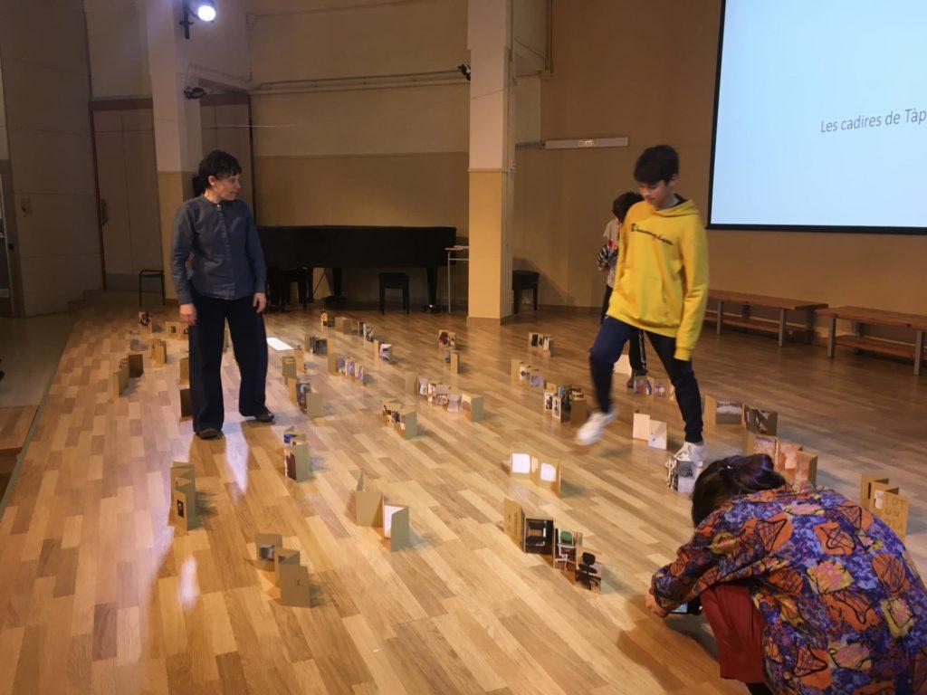 Sessió de treball amb l'artista Isabel Banal a l'IFA Oriol Martorell en el marc del projecte d'indagació amb l'Associació A Bao A Qu. Fotografia: Maria Sellarès (Fundació Antoni Tàpies)