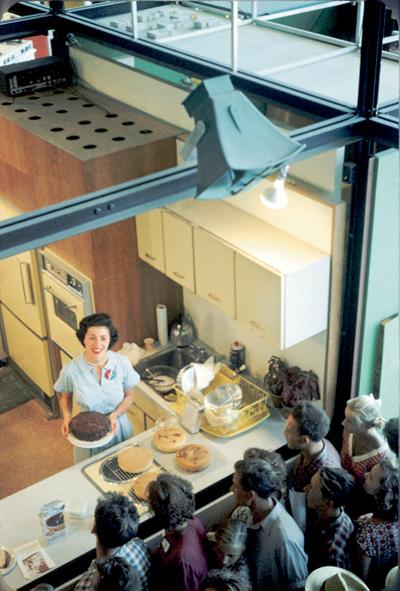 """""""Com cuinen els nord-americans"""", a l'Exposició Nacional Americana, Parc Sokolniki, Moscou, 1959. Foto: de la col·lecció del Dr. Shelly Weinig."""